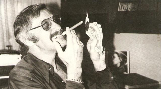 Stan Lee burning bills quemando billetes