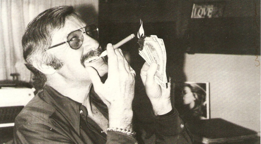 Stan Lee burning bills quemando billetes